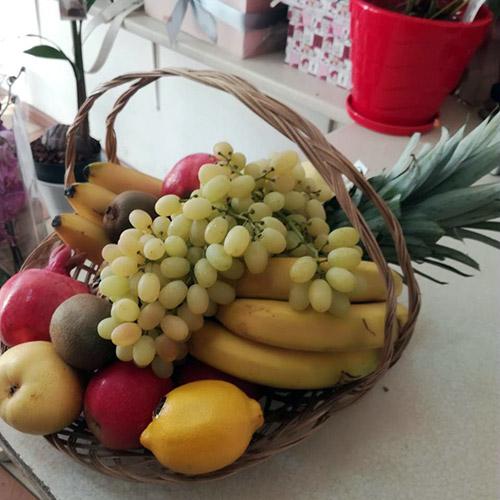 фрукті в корзине фото