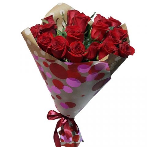 15 красных роз в крафт