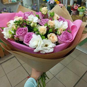 розы и спрей в букете Мелодия роз фото