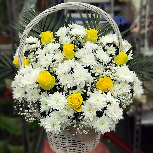 """Фото товара Корзина """"Белые хризантемы, жёлтые розы"""""""